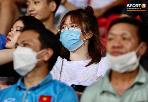 Lâu lâu Huỳnh Anh mới lại ra sân cổ vũ Quang Hải, nhan sắc rạng rỡ gây thương nhớ - Ảnh 2.