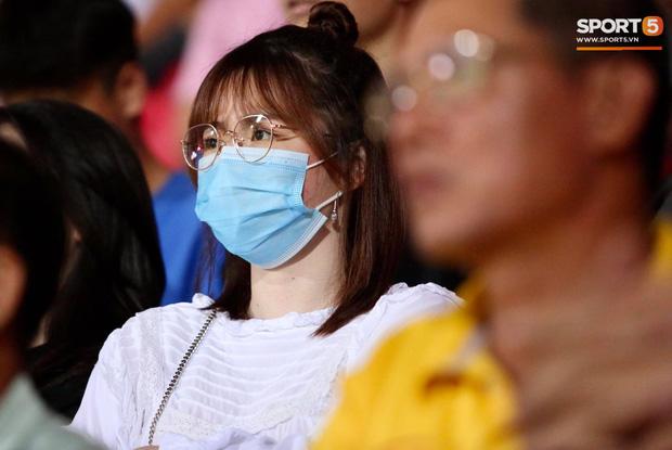 Lâu lâu Huỳnh Anh mới lại ra sân cổ vũ Quang Hải, nhan sắc rạng rỡ gây thương nhớ - Ảnh 5.