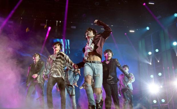 Body em út vàng Jungkook (BTS) đỉnh đến mức nào mà gây náo loạn từ sân khấu xứ Hàn, Billboard đến sóng truyền hình Mỹ? - Ảnh 7.