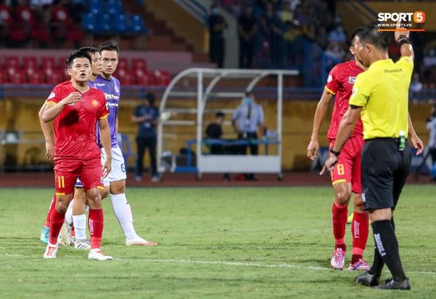 Trọng tài Việt bị cầu thủ ăn mừng ngay trước mặt, cà khịa vì thổi phạt đền cho Hà Nội FC - Ảnh 1.