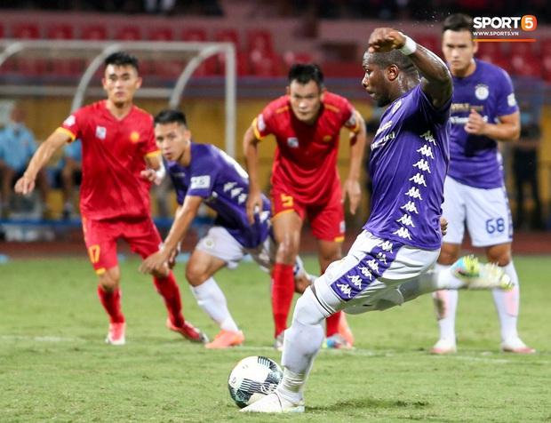 Trọng tài Việt bị cầu thủ ăn mừng ngay trước mặt, cà khịa vì thổi phạt đền cho Hà Nội FC - Ảnh 2.