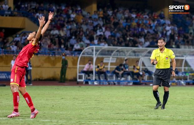 Trọng tài Việt bị cầu thủ ăn mừng ngay trước mặt, cà khịa vì thổi phạt đền cho Hà Nội FC - Ảnh 4.