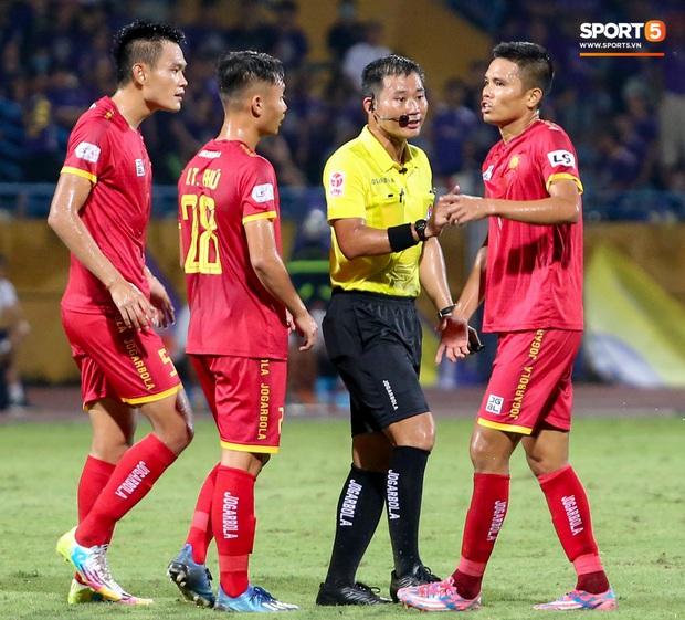 Trọng tài Việt bị cầu thủ ăn mừng ngay trước mặt, cà khịa vì thổi phạt đền cho Hà Nội FC - Ảnh 5.