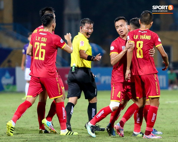 Trọng tài Việt bị cầu thủ ăn mừng ngay trước mặt, cà khịa vì thổi phạt đền cho Hà Nội FC - Ảnh 6.