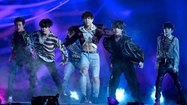 Body em út vàng Jungkook (BTS) đỉnh đến mức nào mà gây náo loạn từ sân khấu xứ Hàn, Billboard đến sóng truyền hình Mỹ? - Ảnh 8.