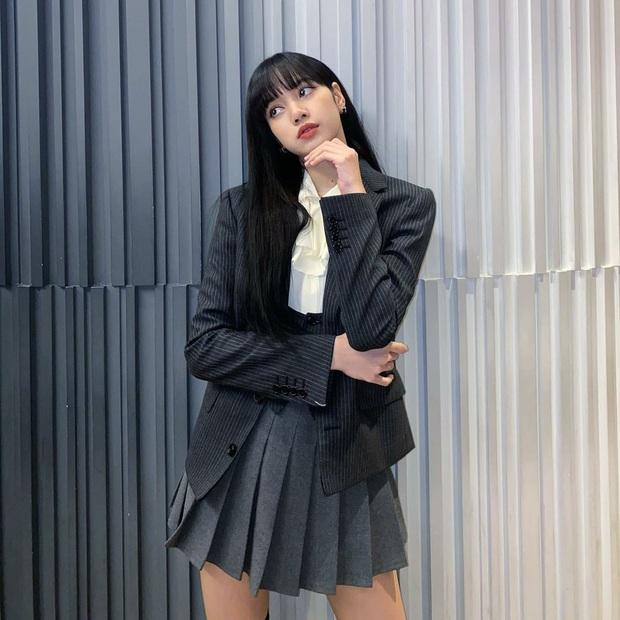 Nghi án Lisa diện lại váy của Jisoo: Đôi chân dài như chỉnh ảnh quá đà khiến dân tình choáng nặng  - Ảnh 4.