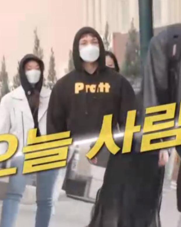 Đang xem TV, hàng trăm fan á ố vì phát hiện nam thần Kpop lọt vào ống kính: Chính chủ cũng... ngơ ngác, hoá ra là idol có khả năng lạ? - Ảnh 4.