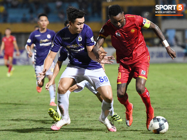 Bộ đôi trung vệ tuyển U23 thẫn thờ, thất vọng sau khi mắc lỗi khiến Hà Nội FC thủng lưới   - Ảnh 2.