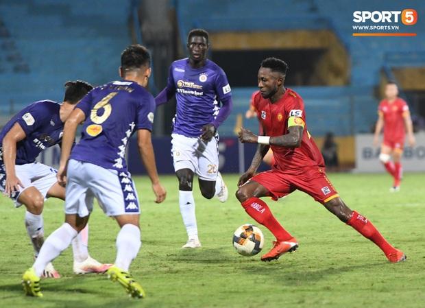 Bộ đôi trung vệ tuyển U23 thẫn thờ, thất vọng sau khi mắc lỗi khiến Hà Nội FC thủng lưới   - Ảnh 5.