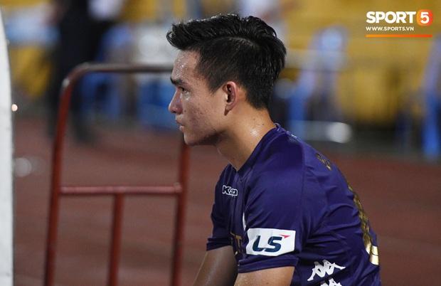 Bộ đôi trung vệ tuyển U23 thẫn thờ, thất vọng sau khi mắc lỗi khiến Hà Nội FC thủng lưới   - Ảnh 7.