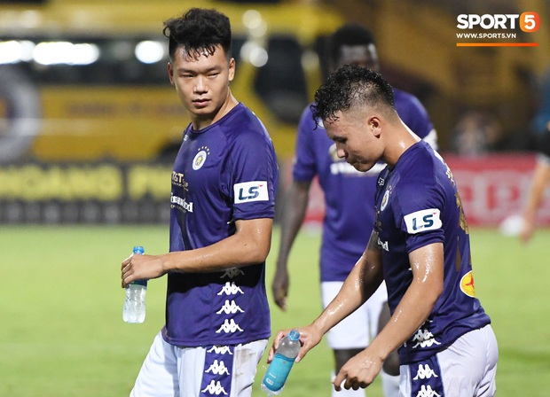 Bộ đôi trung vệ tuyển U23 thẫn thờ, thất vọng sau khi mắc lỗi khiến Hà Nội FC thủng lưới   - Ảnh 6.