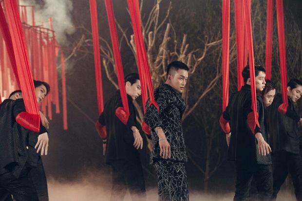 Hậu lùm xùm hẹn hò Nhật Kim Anh, TiTi kết hợp với mẫu chuyển giới trong MV solo rất đầu tư nhưng giọng hát lạc quẻ hẳn với nhạc - Ảnh 3.