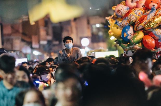 Người dân 3 miền chen chúc nhau toát mồ hôi trong đêm Trung thu - Ảnh 19.