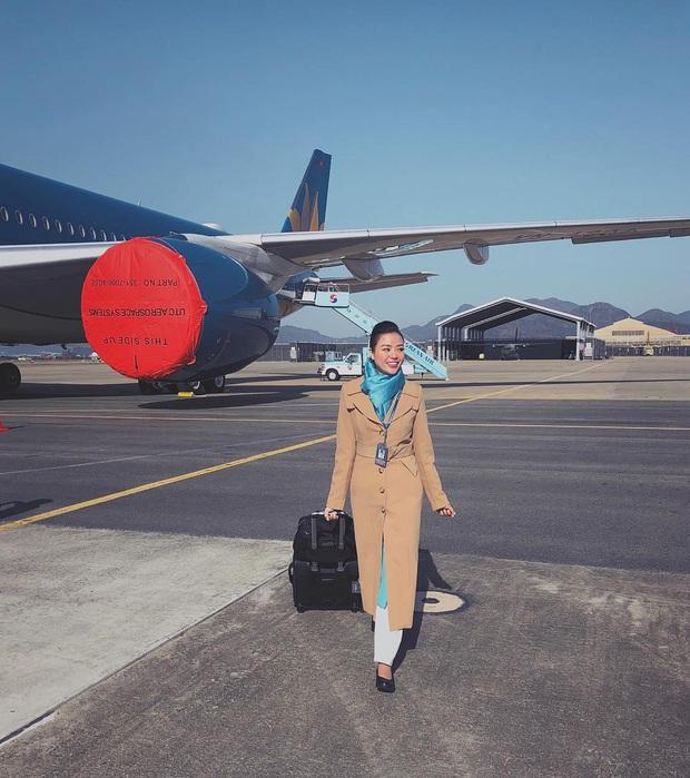Các tiếp viên hàng không đều có dăm ba kiểu ảnh y xì nhau, mượn máy bay làm phụ kiện sống ảo luôn mới đỉnh - Ảnh 14.