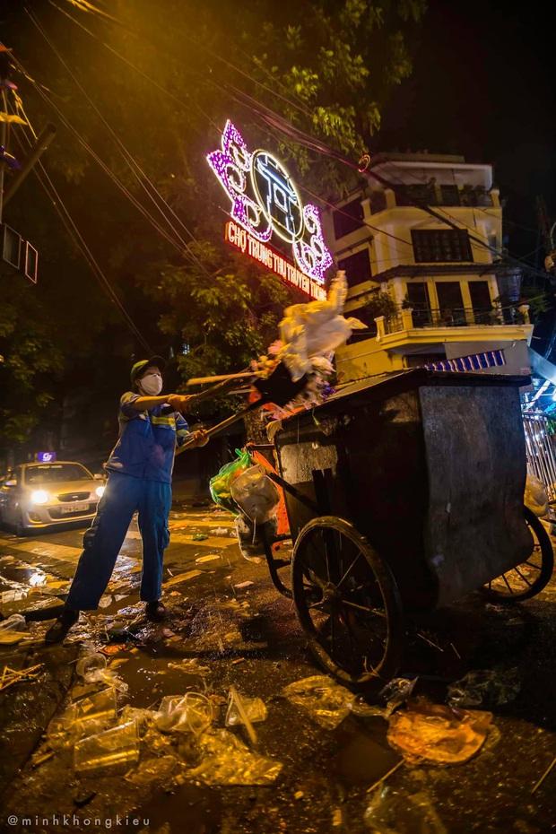 """Dòng người nô nức đi chơi Trung thu để lại """"biển rác"""" khổng lồ giữa lòng Hà Nội, cô lao công dọn đến 3h sáng mới xong - Ảnh 5."""