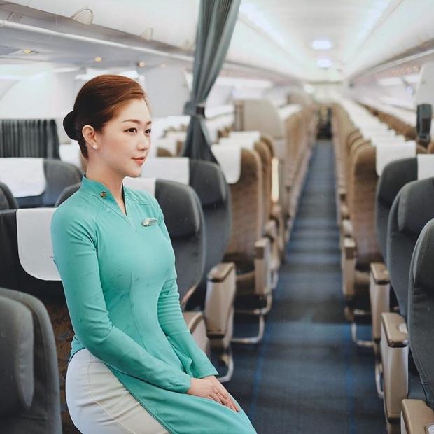 Các tiếp viên hàng không đều có dăm ba kiểu ảnh y xì nhau, mượn máy bay làm phụ kiện sống ảo luôn mới đỉnh - Ảnh 8.