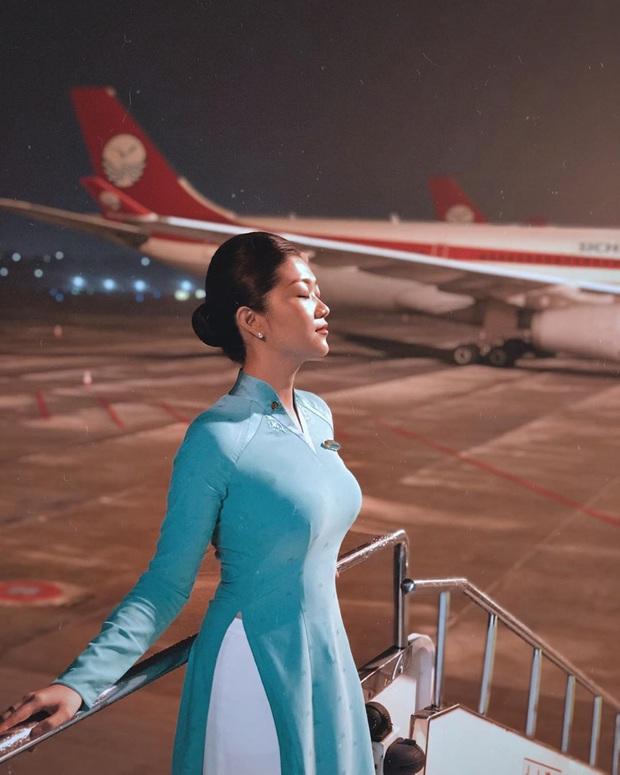 Các tiếp viên hàng không đều có dăm ba kiểu ảnh y xì nhau, mượn máy bay làm phụ kiện sống ảo luôn mới đỉnh - Ảnh 11.