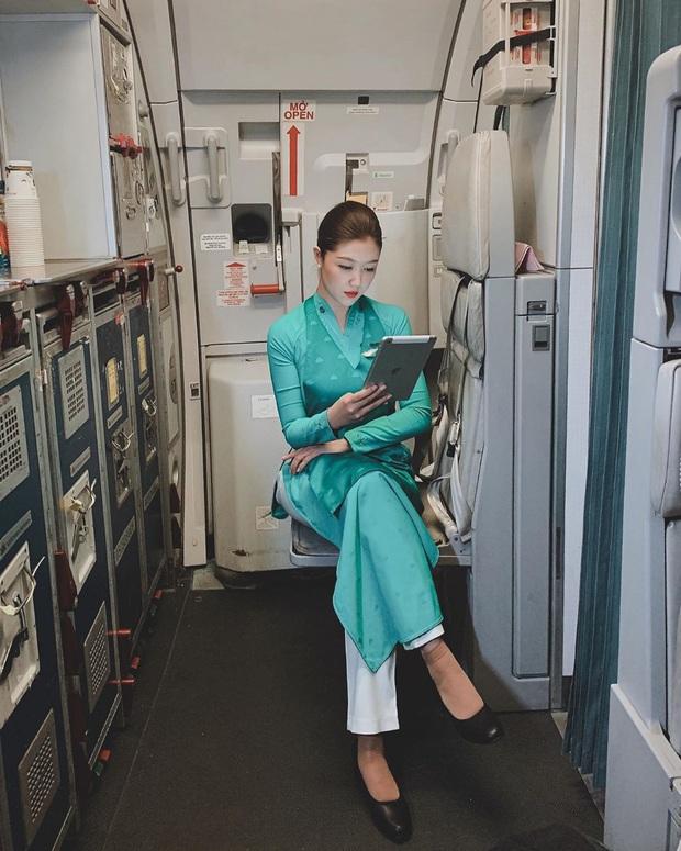 Các tiếp viên hàng không đều có dăm ba kiểu ảnh y xì nhau, mượn máy bay làm phụ kiện sống ảo luôn mới đỉnh - Ảnh 10.