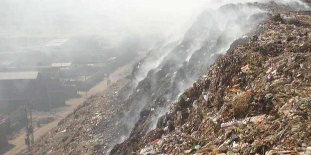 Bé gái 12 tuổi bị chôn sống dưới núi rác cao 30m ở Ấn Độ - Ảnh 1.