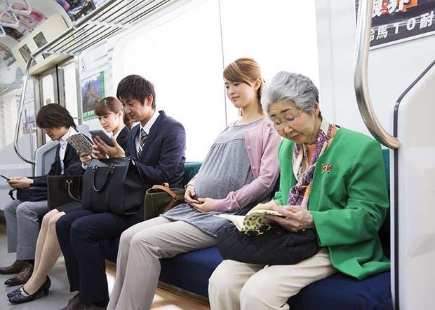 Nên hay không ngồi vào hàng ghế ưu tiên cho người khuyết tật lúc vắng chỗ: Câu chuyện tranh cãi dài bất tận của cả thế giới - Ảnh 2.