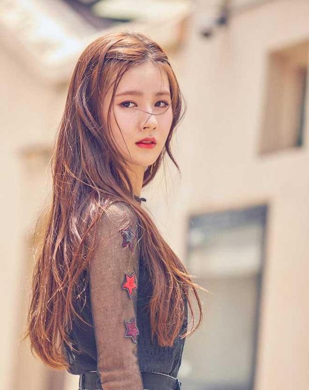 LMHT: Dù để mặt mộc, Soyeon và Miyeo vẫn xinh đẹp rạng rỡ ở hậu trường The Baddest  - Ảnh 13.