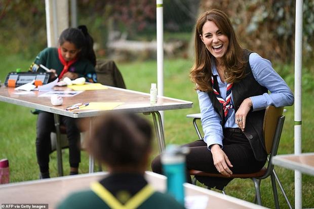 Xuất hiện trong cùng một ngày, Meghan đưa ra tuyên bố thách thức dư luận còn Công nương Kate thể hiện đẳng cấp khác biệt  - Ảnh 3.