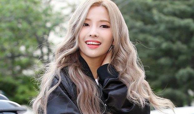 LMHT: Dù để mặt mộc, Soyeon và Miyeo vẫn xinh đẹp rạng rỡ ở hậu trường The Baddest  - Ảnh 9.
