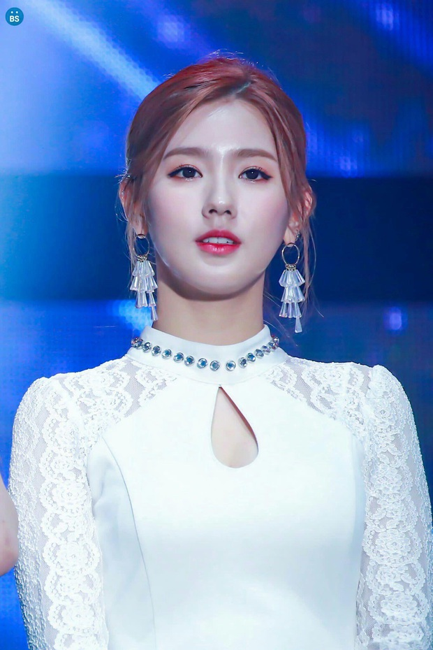 LMHT: Dù để mặt mộc, Soyeon và Miyeo vẫn xinh đẹp rạng rỡ ở hậu trường The Baddest  - Ảnh 11.