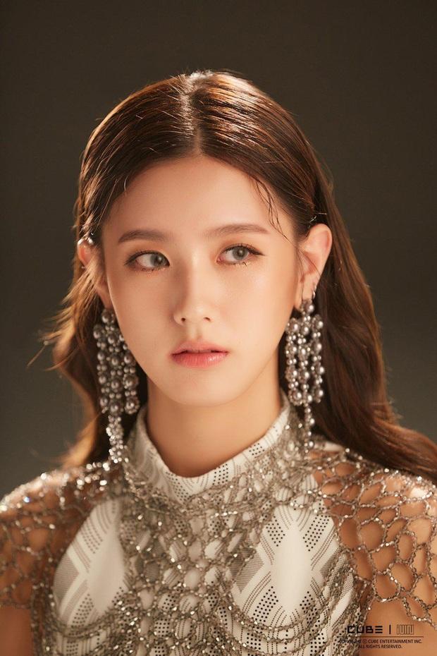 LMHT: Dù để mặt mộc, Soyeon và Miyeo vẫn xinh đẹp rạng rỡ ở hậu trường The Baddest  - Ảnh 12.