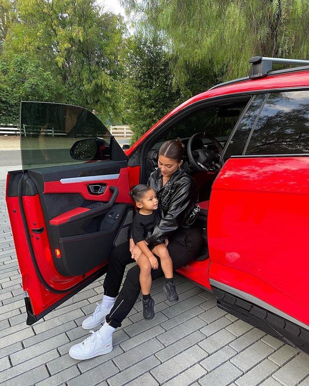 Ngày đầu tiên đi học, con gái 2 tuổi rưỡi của Kylie diện ba lô Hermès có giá bằng cả năm học phí trường xịn tại Mỹ - Ảnh 1.