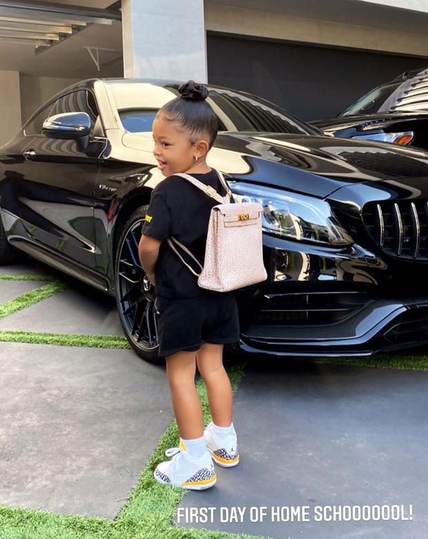 Ngày đầu tiên đi học, con gái 2 tuổi rưỡi của Kylie diện ba lô Hermès có giá bằng cả năm học phí trường xịn tại Mỹ - Ảnh 2.