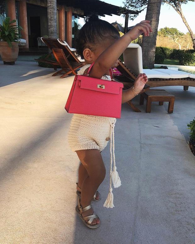 Ngày đầu tiên đi học, con gái 2 tuổi rưỡi của Kylie diện ba lô Hermès có giá bằng cả năm học phí trường xịn tại Mỹ - Ảnh 3.
