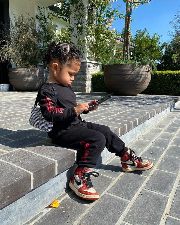 Ngày đầu tiên đi học, con gái 2 tuổi rưỡi của Kylie diện ba lô Hermès có giá bằng cả năm học phí trường xịn tại Mỹ - Ảnh 6.