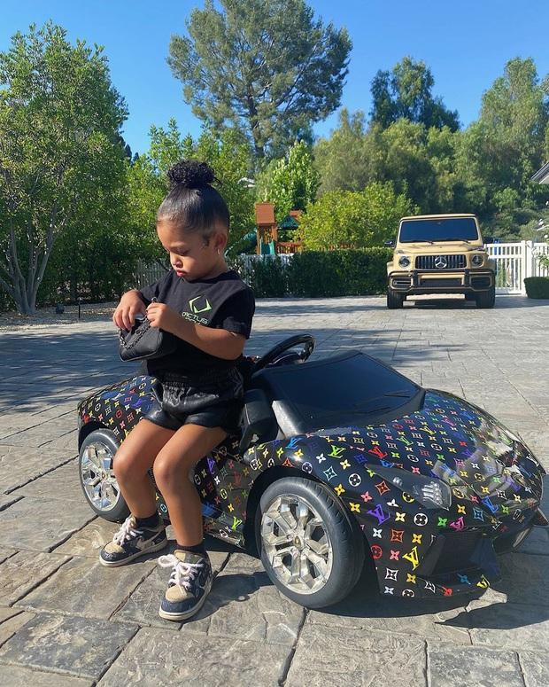 Ngày đầu tiên đi học, con gái 2 tuổi rưỡi của Kylie diện ba lô Hermès có giá bằng cả năm học phí trường xịn tại Mỹ - Ảnh 5.