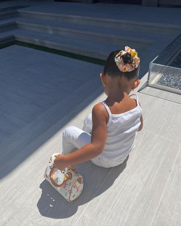 Ngày đầu tiên đi học, con gái 2 tuổi rưỡi của Kylie diện ba lô Hermès có giá bằng cả năm học phí trường xịn tại Mỹ - Ảnh 4.
