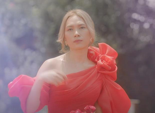 MV Đúng Cũng Thành Sai ám lên cả phong cách thời trang của Mỹ Tâm mất rồi, toàn đồ hiệu mà chị mặc lên thấy sai quá chừng - Ảnh 10.
