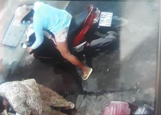 Đã bắt được người phụ nữ chở con dàn cảnh trộm túi tiền của cụ bà bán tạp hóa ở Sài Gòn - Ảnh 1.