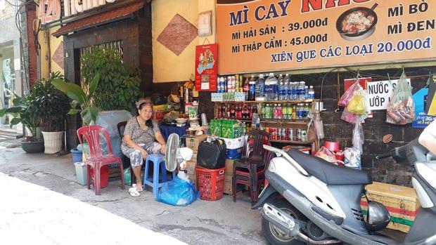 Đã bắt được người phụ nữ chở con dàn cảnh trộm túi tiền của cụ bà bán tạp hóa ở Sài Gòn - Ảnh 2.