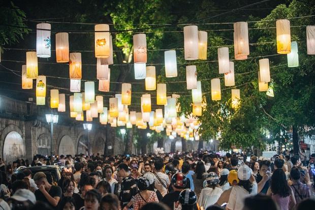 Người dân 3 miền chen chúc nhau toát mồ hôi trong đêm Trung thu - Ảnh 9.