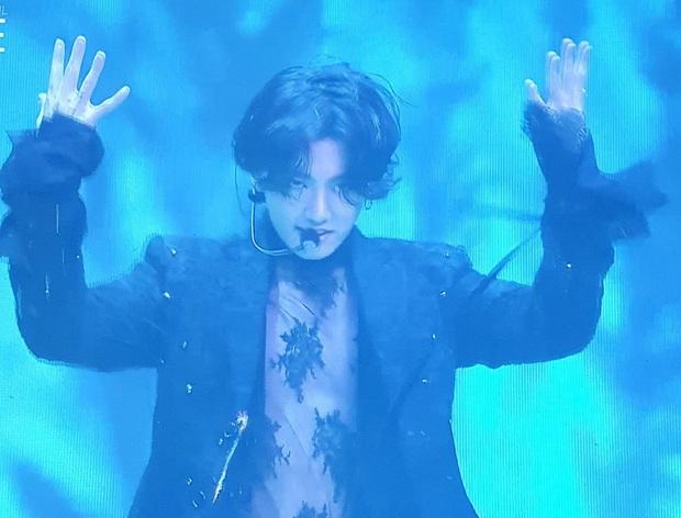 Jungkook (BTS) gây nổ MXH vì diện áo ren sexy lồ lộ da thịt, ảnh chất lượng thấp vẫn khiến dân tình phát cuồng - Ảnh 2.