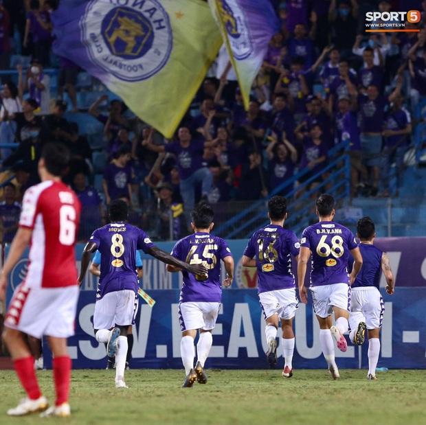 Quang Hải nhảy múa trong vòng cấm, hết kiếm penalty lại ghi bàn đẳng cấp giúp CLB Hà Nội đè bẹp CLB TP.HCM - Ảnh 7.