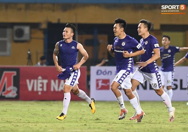 Quang Hải nhảy múa trong vòng cấm, hết kiếm penalty lại ghi bàn đẳng cấp giúp CLB Hà Nội đè bẹp CLB TP.HCM - Ảnh 6.