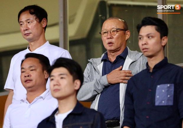 Huỳnh Anh chiếm spotlight khi đến sân cổ vũ Quang Hải, lộ gương mặt khác lạ không giống hình đăng Facebook - Ảnh 8.