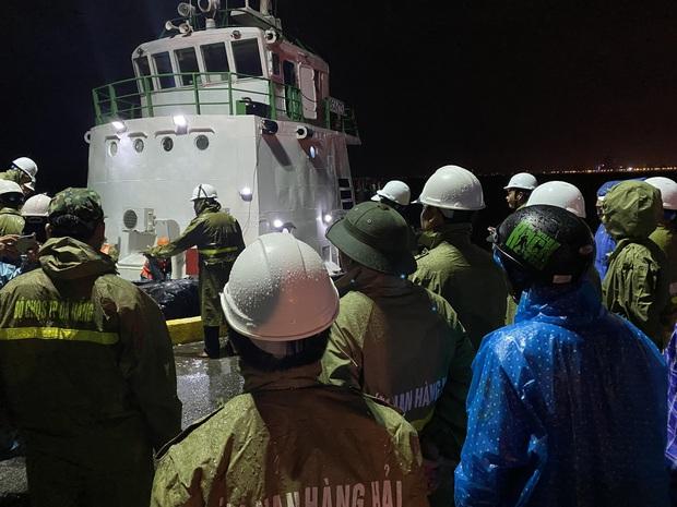 4 tàu cá ở Đà Nẵng bị sóng đánh chìm, 2 người mất tích - Ảnh 3.