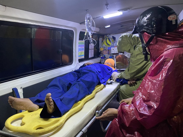 4 tàu cá ở Đà Nẵng bị sóng đánh chìm, 2 người mất tích - Ảnh 2.