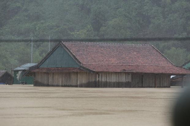 Ảnh: Mưa lũ lịch sử, hàng trăm ngôi nhà của người dân ở Quảng Bình ngập đến nóc - Ảnh 5.