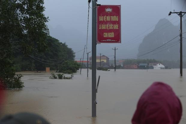 Ảnh: Mưa lũ lịch sử, hàng trăm ngôi nhà của người dân ở Quảng Bình ngập đến nóc - Ảnh 1.