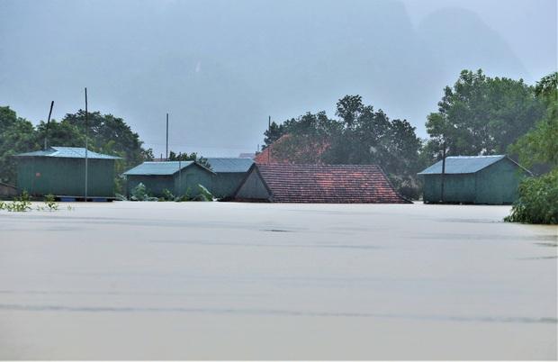 Ảnh: Mưa lũ lịch sử, hàng trăm ngôi nhà của người dân ở Quảng Bình ngập đến nóc - Ảnh 2.
