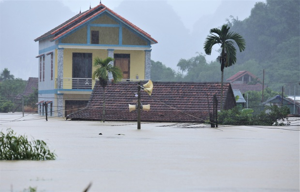 Ảnh: Mưa lũ lịch sử, hàng trăm ngôi nhà của người dân ở Quảng Bình ngập đến nóc - Ảnh 3.