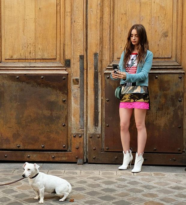 Xem Emily Ở Paris mà dân tình đồng lòng gọi tên Jennie, nguyên nhân nằm ở chiếc áo Chanel nhiều sóng gió - Ảnh 1.